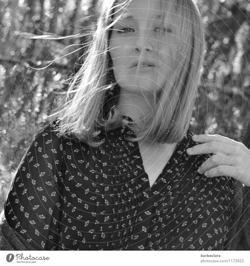 Windspiel Mensch feminin Frau Erwachsene 1 Natur Wald Kleid blond langhaarig genießen Lächeln hell schön Gefühle Stimmung Freude Lebensfreude Freizeit & Hobby