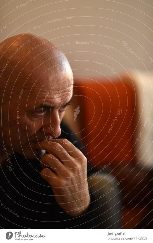 Denken Mensch maskulin Mann Erwachsene Leben Gesicht Hand 1 45-60 Jahre Glatze träumen warten authentisch Gefühle geduldig ruhig Interesse Zufriedenheit