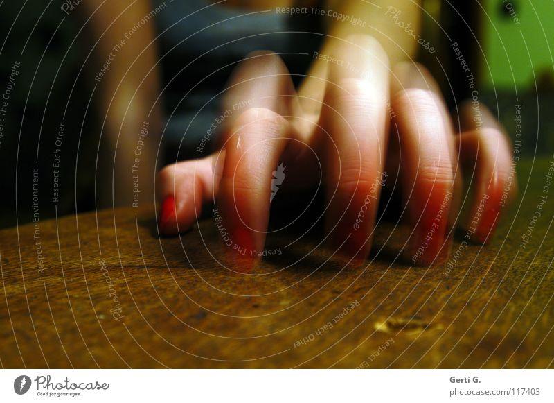 Run Baby Run Katze Frau Hand rot feminin Gefühle Holz Bewegung Arme Haut Finger 5 fangen Spinne nehmen greifen