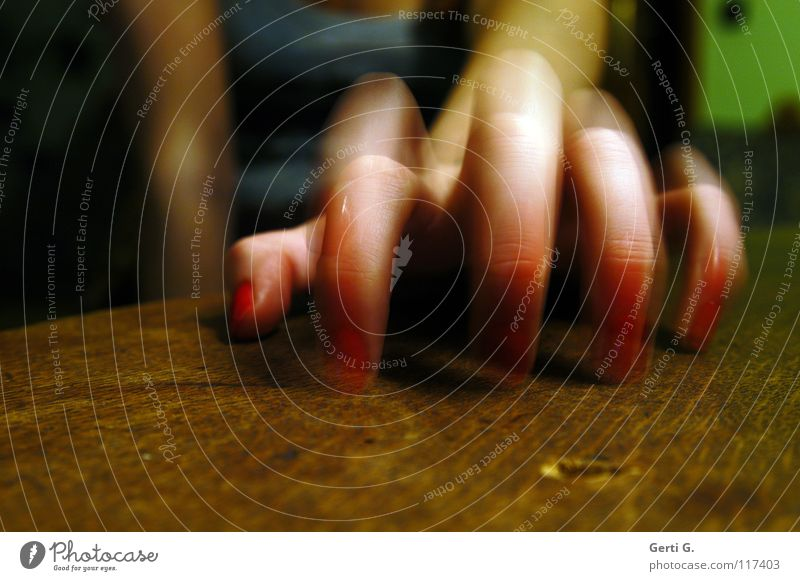 Run Baby Run Tischplatte Holz Holztisch Finger 5 Hand Zeigefinger Spinne Tippen Mittelfinger klopfen Bewegungsunschärfe Frau Frauenhand feminin Trommel
