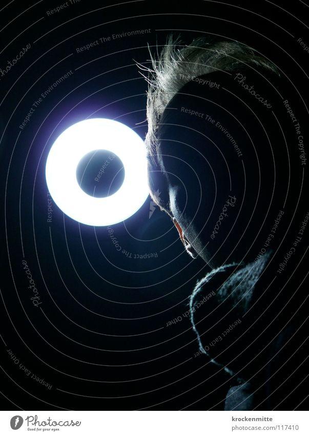 h O ly Heiligenschein Halo Lampe Licht Gegenlicht Mann Schal dunkel Nacht unheimlich Vernehmung Beleuchtung Krimineller schwarz rund gefährlich Gesicht Mensch