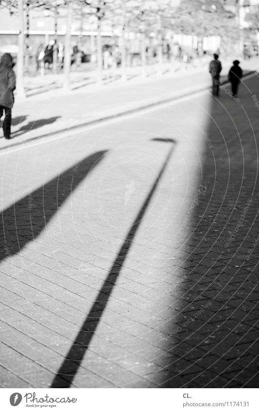rheinuferpromenade Mensch Leben Menschengruppe Schönes Wetter Düsseldorf Stadt Rhein Verkehrswege Fußgänger Straße Wege & Pfade Laternenpfahl gehen