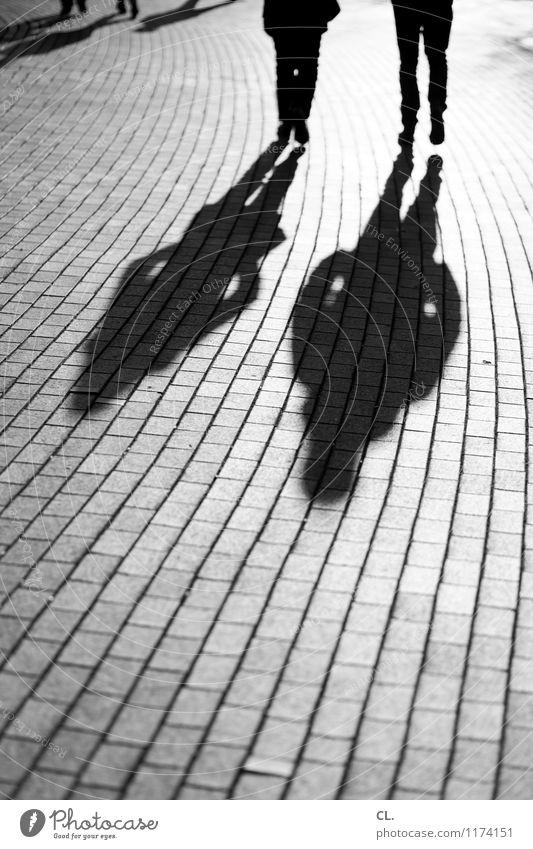 lange schatten Mensch Erwachsene Leben 2 Schönes Wetter Verkehr Verkehrswege Fußgänger Wege & Pfade Bewegung gehen Schwarzweißfoto Außenaufnahme