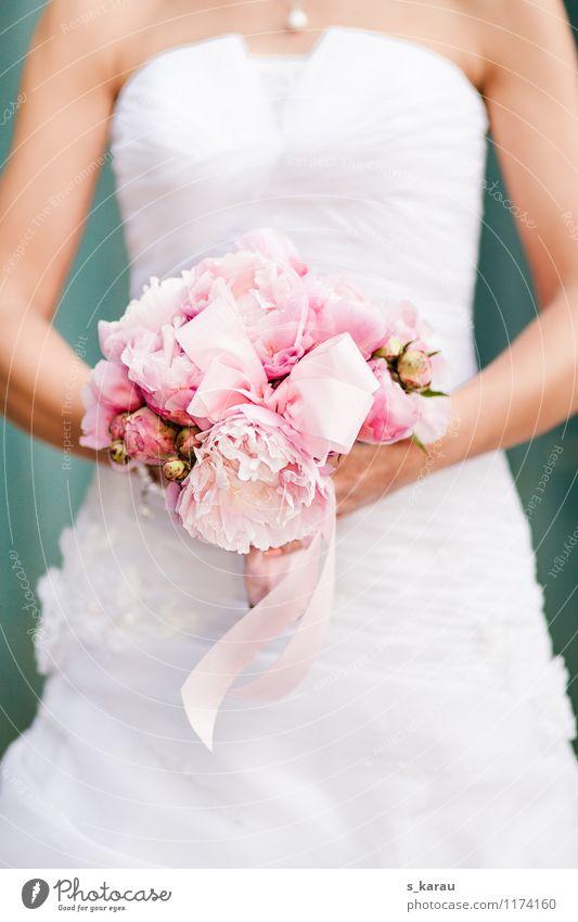 Brautstrauß aus Pfingstrosen Mensch feminin Junge Frau Jugendliche Haut Arme Frühling Schönes Wetter Blume Kleid Brautkleid Schmuck Blumenstrauß Schleife