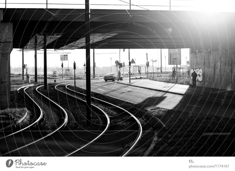 alles macht weiter Mensch Sonnenlicht Schönes Wetter Stadt Brücke Verkehr Verkehrsmittel Verkehrswege Personenverkehr Öffentlicher Personennahverkehr