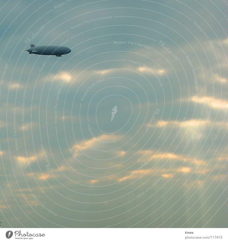 Wolkensteurer Himmel Sonne blau Wolken Lampe Luft Beleuchtung Wetter Luftverkehr UFO Kapitalwirtschaft Zeppelin