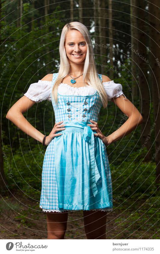 Sepplfrau Mensch Jugendliche blau schön Junge Frau Baum Hand Freude 18-30 Jahre Erwachsene Mode blond Fröhlichkeit Lächeln Bekleidung Freundlichkeit