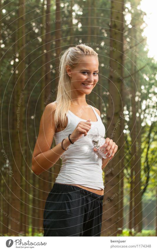 Waldlauf Mensch Frau Natur Jugendliche Wasser Junge Frau Baum Freude 18-30 Jahre Erwachsene feminin Sport Glück Luft Kraft blond