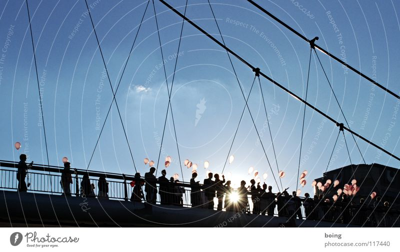 Fernmeldeästhetik - Startvorbereitung Luftballon aufsteigen loslassen Luftpost Sonnenuntergang Stadt Partnerschaft Ehe Verbundenheit Vertrauen Sehnsucht Wunsch
