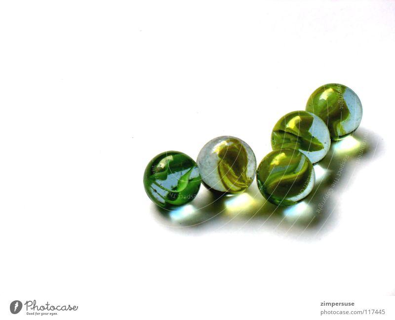 Losing my marbles...(2) Murmel glänzend Licht rollen rund grün gelb Klacken Spielen Kugel Glas Linie losing marbles aus der Reihe tanzen gold Farbe