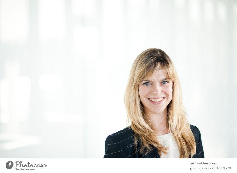 Business Portrait Berufsausbildung Azubi Praktikum Studium Büroarbeit Arbeitsplatz Mittelstand Unternehmen Karriere Erfolg Sitzung sprechen feminin 1 Mensch