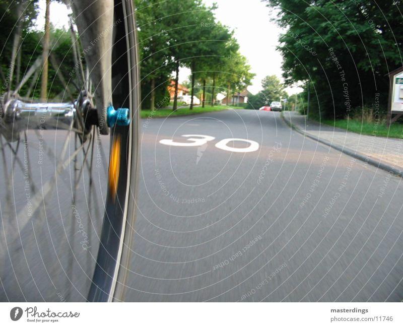 30er Zone Geschwindigkeit Fahrrad Reflektor Teer Fototechnik Straße Speichen Perspektive Schulweg