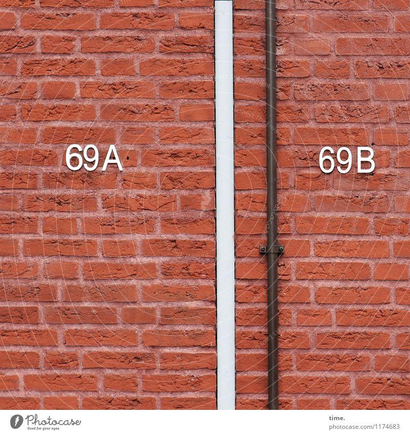 damit auch nix umnander kommt Haus Bauwerk Gebäude Hausnummer Rohrleitung Backstein Backsteinwand Backsteinfassade Backsteinhaus Schriftzeichen Ziffern & Zahlen