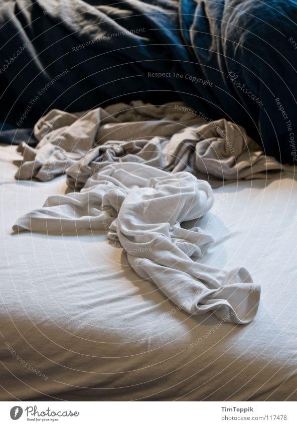 Extreme Gewusel schlafen Bekleidung T-Shirt Bett Falte Hemd Unterwäsche chaotisch Bettwäsche Pullover Wäsche Haushalt Bettlaken Schlafzimmer Hauskatze
