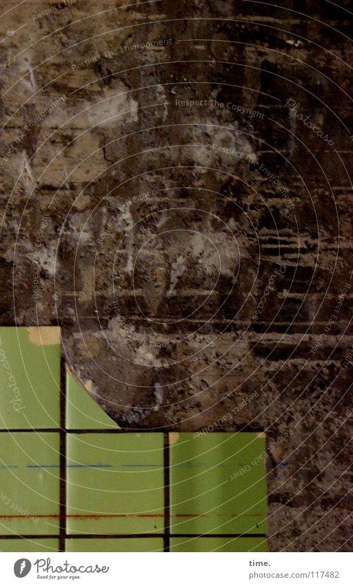 Bekloppte Wand (I) Baustelle Sanieren Handwerk Mauer Fliesen u. Kacheln Stein Linie Streifen dreckig kaputt braun grün Müdigkeit Vergänglichkeit schmuddelig