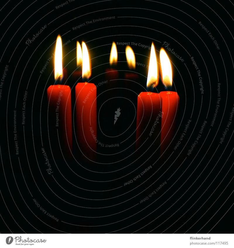 kerzen Kerze Wachs rot dunkel Nacht Mitternacht heiß gelb Physik Feuerzeug Streichholz Kerzenständer 4 beruhigend Innenaufnahme träumen Spiegel