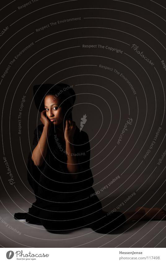 Person 1 schwarz Dame Schüchternheit Einsamkeit Gefühle unsicher Hand Hintergrundbild einheitlich Trauer Verzweiflung Afrika Frau Blick Hut Schutz Striplight