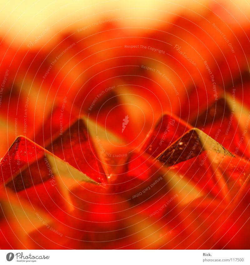 .Tal der Reflektor-Pyramiden rot Farbe Glas Ecke Klarheit Kunststoff nah Spiegel durchsichtig eckig Bildausschnitt Unschärfe Lichtbrechung Pyramide Prisma Reflektor