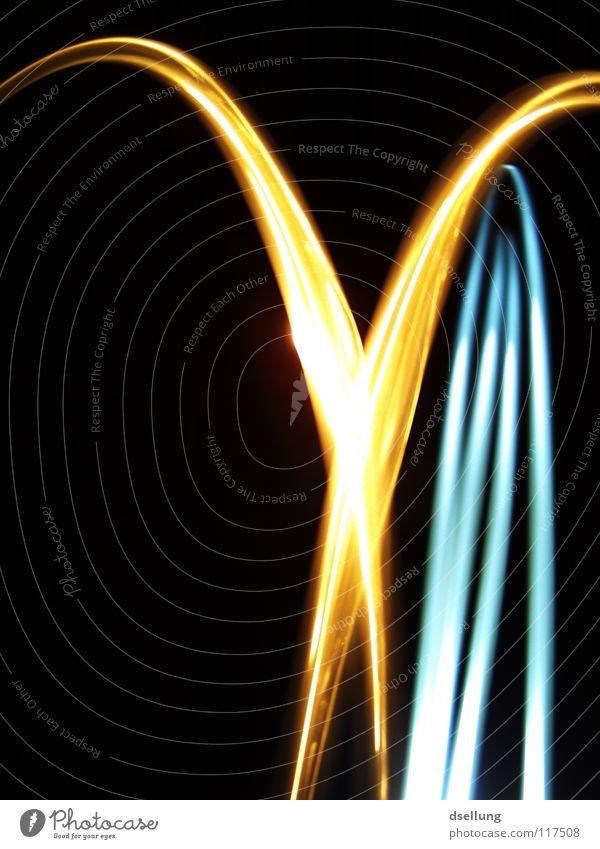 Lichtstreifen auf dunklem Hintergrund - Abstrakt chaotisch gelb Taschenlampe dunkel durcheinander orientierungslos Überraschung kalt Physik Lichtspiel Blitze