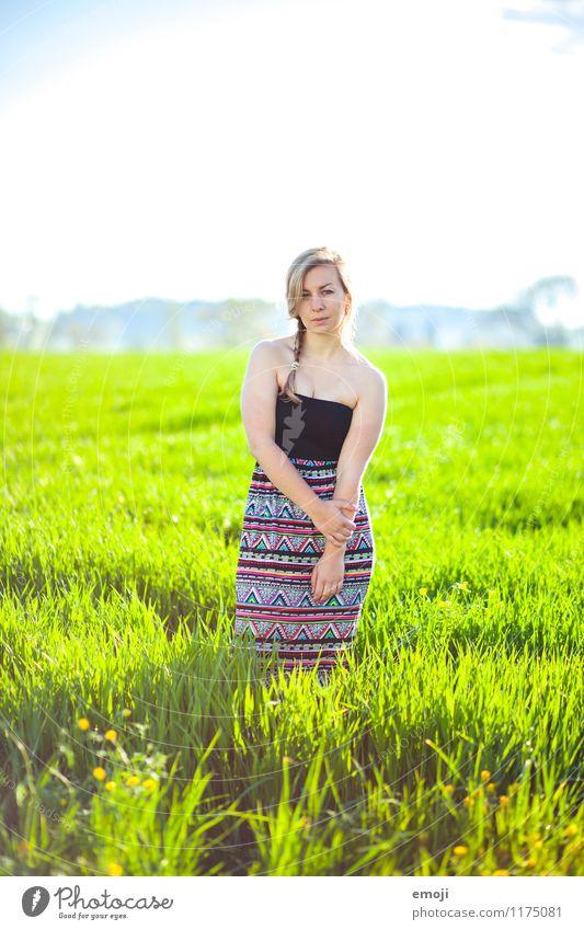 hier und jetzt Mensch Natur Jugendliche schön grün Junge Frau Landschaft 18-30 Jahre Erwachsene Umwelt Frühling natürlich feminin Mode Feld Schönes Wetter