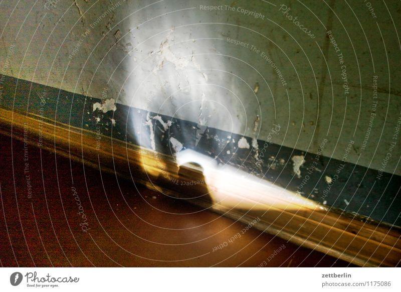 Licht Berlin Häusliches Leben Wohnhaus Haus Treppenhaus Treppenabsatz Schatten Wand Mauer Flur hell Dinkel Kontrast Irrlicht Korona dunkel Altbau Fußleiste