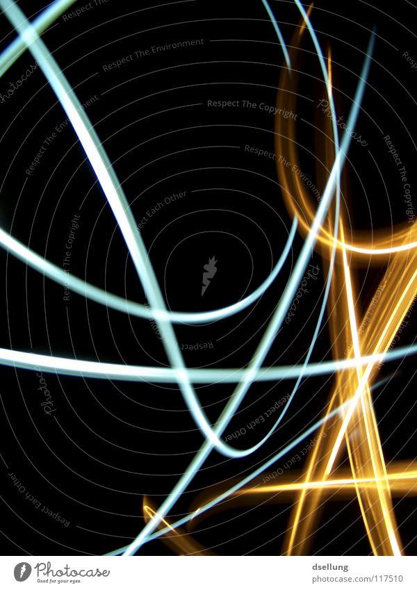 Lichter in Bewegung auf schwarzem Hintergrund chaotisch gelb Taschenlampe dunkel durcheinander orientierungslos Überraschung kalt Physik Lichtspiel Blitze
