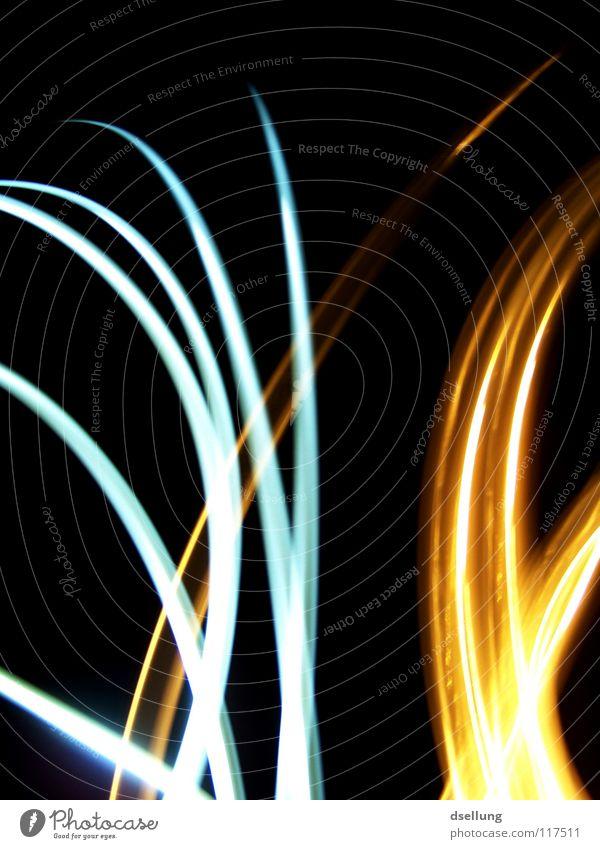 Abstrakt - leuchtende Linien auf schwarzem Hintergrund Licht chaotisch gelb Taschenlampe dunkel durcheinander orientierungslos Überraschung kalt Physik