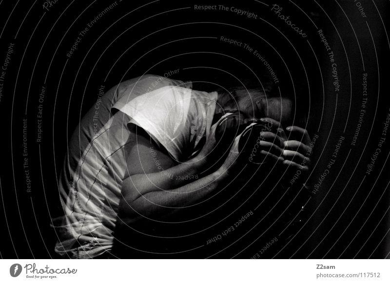sillium Mensch Mann schwarz dunkel Arme Fotografie maskulin trist festhalten Spiegel drehen Alkoholisiert durchsichtig durcheinander Fotografieren