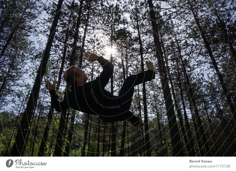 schwebe Mensch maskulin Mann Erwachsene 1 45-60 Jahre Umwelt Natur Sonne Frühling Schönes Wetter Pflanze Baum Wald Gefühle Hoffnung Glaube Hemd Hose Schweben