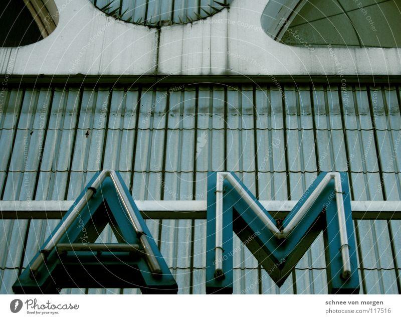 heute winterschlussverkauf am ... blau weiß Fenster Lampe dreckig Buchstaben Hinweisschild verfallen Fliesen u. Kacheln Theater Ruine Kurve Kino Leuchtreklame