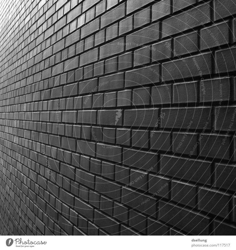 Der Wand entlang in schwarzweiß Mauer Fluchtpunkt Backstein versetzt Unendlichkeit fleißig Ferne verjüngen trist parallel Detailaufnahme Schwarzweißfoto