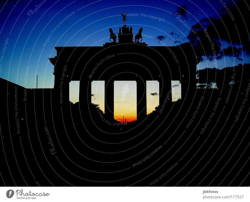 Berlin blau rot schwarz gelb dunkel Wand Gefühle Glück Mauer Architektur Deutschland Tor Bundesadler Denkmal historisch Wahrzeichen