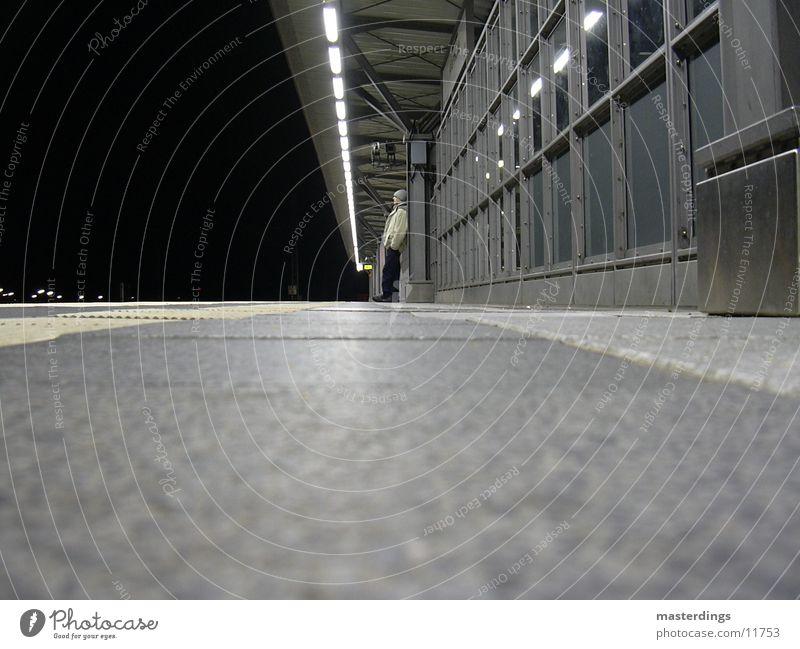 Kommt sie? Einsamkeit kalt Nacht dunkel Mann warten Bahnhof