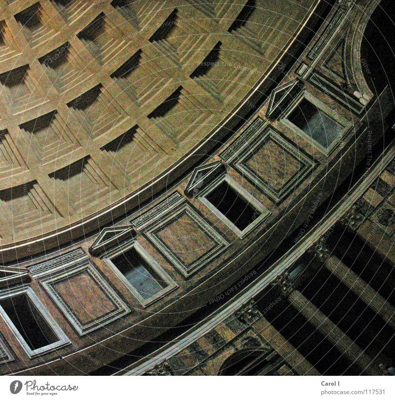 Aus der alten Zeit Kuppeldach Rom kariert rund Fenster eckig diagonal Dachgiebel Kunst Römerzeit Gebäude groß wuchtig Strebe Mauer Dorischer Baustil