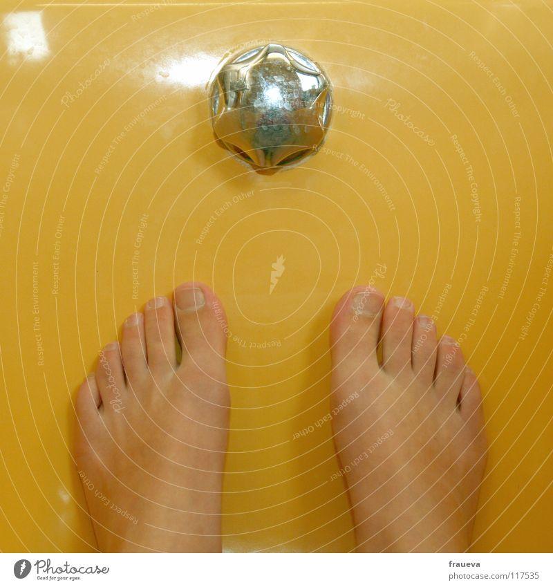 wannen wonne Badewanne Zehen gelb Häusliches Leben Farbe Waschen Fuß Stöpsel Überlauf Armatur Zehenspitze Detailaufnahme Bildausschnitt Anschnitt Fußbad Barfuß