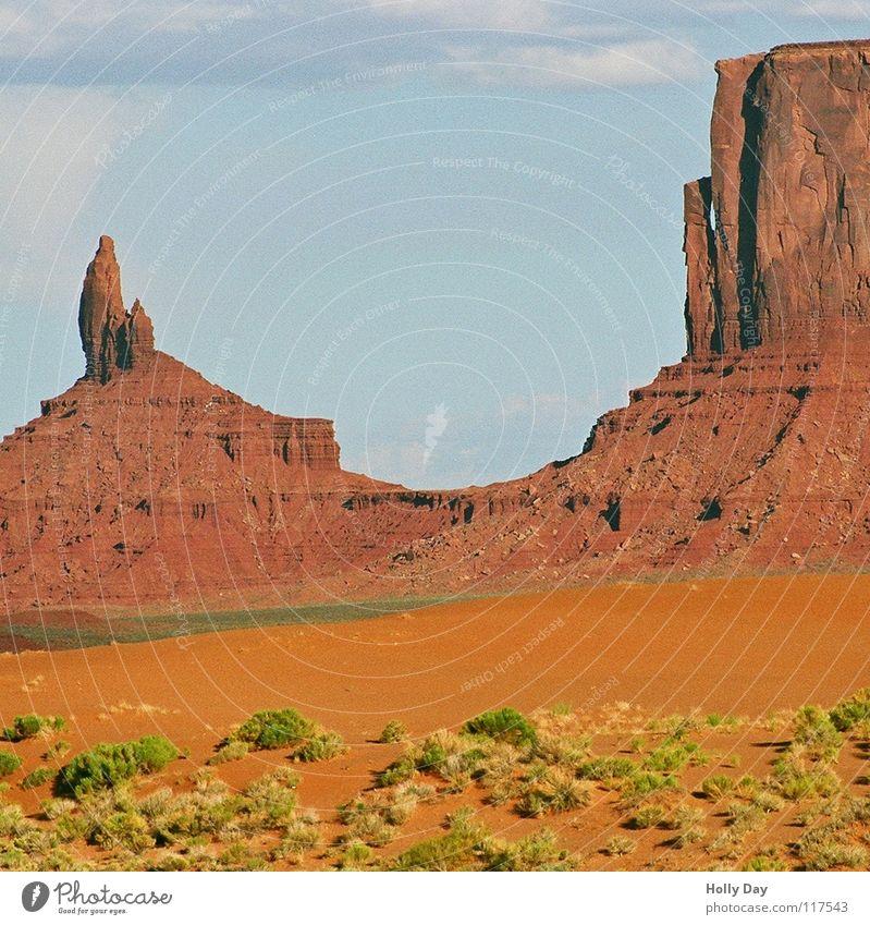 Monumental rot grün Grasbüschel Utah Arizona Sommer Wolken mehrfarbig Wüste USA Monument Valley Farbe orange Felsen Berge u. Gebirge Felsnadel Weste Ferne