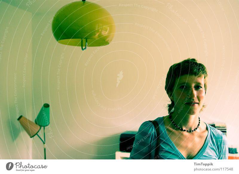 Schwesterherz Frau Raum Wohnzimmer Lampe Hängelampe Stehlampe Lampenschirm Halskette Top T-Shirt Zufriedenheit Denken Porträt geschlossen skeptisch Licht retro