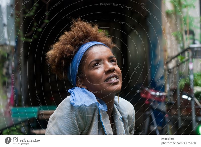 Portrait Mensch Frau Ferien & Urlaub & Reisen Jugendliche blau schön Junge Frau Freude 18-30 Jahre schwarz Erwachsene Gesicht feminin Stil Glück lachen