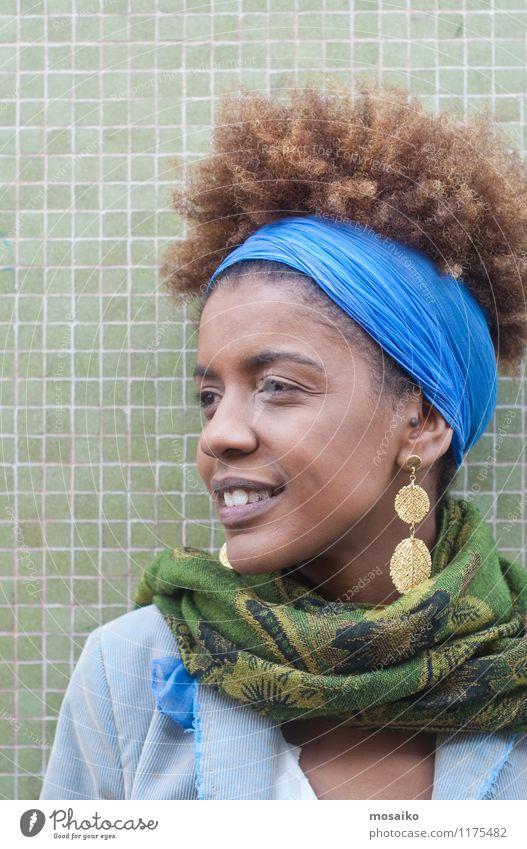 Junge Frau vor grüner Wand Mensch Jugendliche blau schön 18-30 Jahre schwarz Erwachsene Leben feminin Stil Glück Lifestyle Zufriedenheit