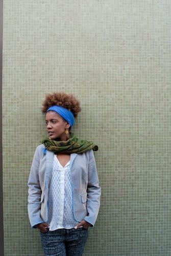 Portrait Mensch Frau Jugendliche blau grün schön Junge Frau 18-30 Jahre Erwachsene Wand feminin Mauer Lifestyle Stimmung Fassade modern