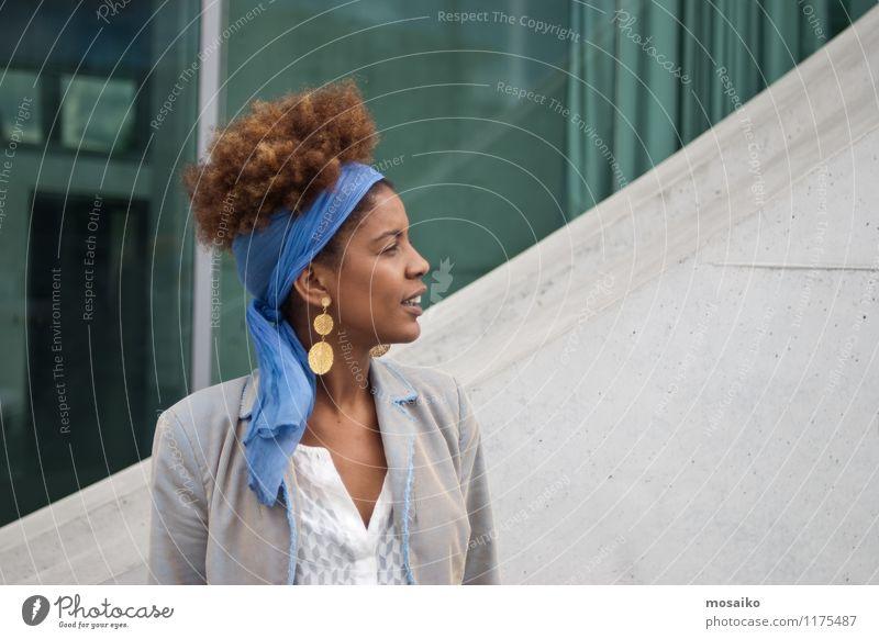 Junge Frau mit Perspektiven - Portrait Mensch Frau Jugendliche Junge Frau 18-30 Jahre Erwachsene Leben feminin Lifestyle Business Büro elegant Kraft Erfolg Lächeln Bildung