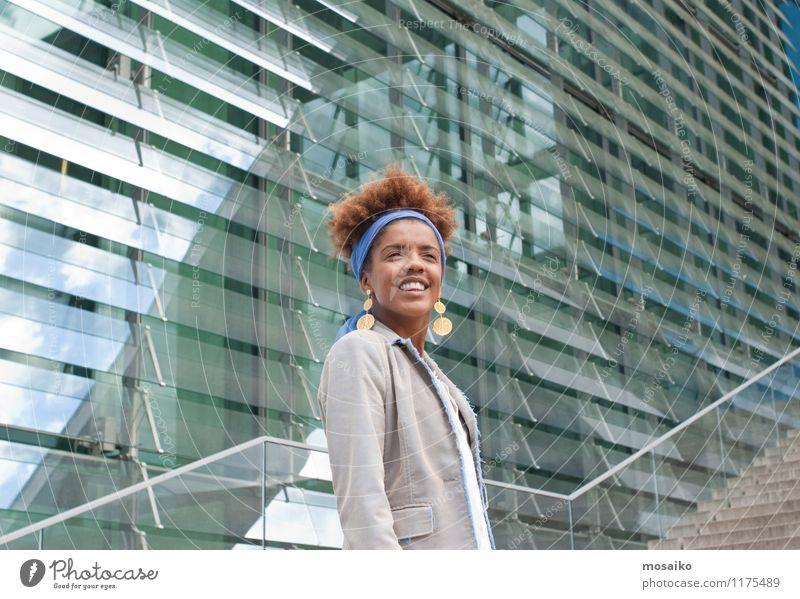 Junge Frau auf der Treppe - Portrait Mensch Frau Jugendliche Stadt Junge Frau 18-30 Jahre Fenster Erwachsene feminin Lifestyle Business Arbeit & Erwerbstätigkeit Büro Treppe leuchten Erfolg