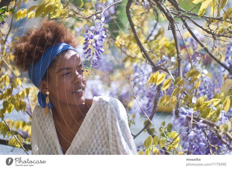 Junge Frau im Frühling Lifestyle Stil exotisch schön Leben Sommer Mensch feminin Jugendliche Erwachsene 1 18-30 Jahre Natur Blume Garten Park Gefühle Freude
