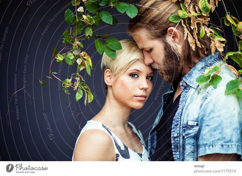 2 maskulin feminin Junge Frau Jugendliche Junger Mann Paar Mensch 18-30 Jahre Erwachsene Pflanze Sträucher Zusammensein schön natürlich Verliebtheit Liebe