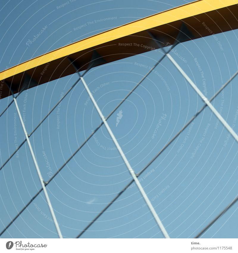 Unter Spanunng Himmel Ferien & Urlaub & Reisen blau gelb Architektur Wege & Pfade Gebäude Linie Metall Design Ordnung Perspektive Schönes Wetter Brücke planen Schutz