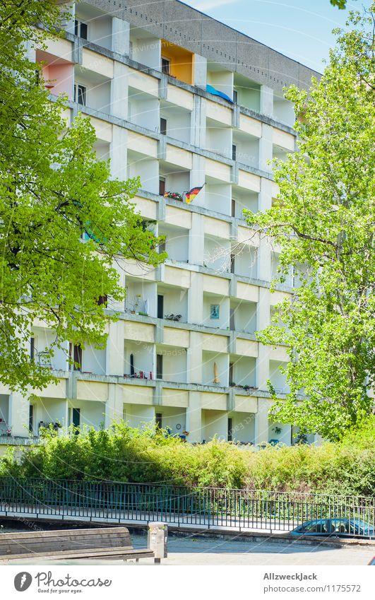 politisches Statement Potsdam Stadt Stadtzentrum Hochhaus Plattenbau Balkon Fahne Deutsche Flagge Zeichen Gesellschaft (Soziologie) Politik & Staat protestieren