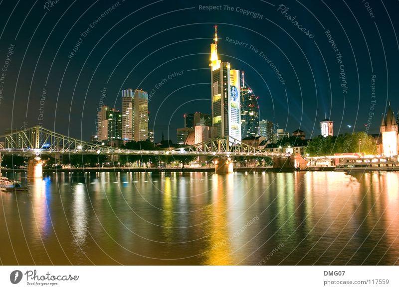 Skyline Mainhattan Lifestyle Nachtleben Fluss Stadt Hochhaus Brücke Turm Gefühle Stimmung Freude Glück Lebensfreude Freiheit Klima Handel Kommunizieren Krise