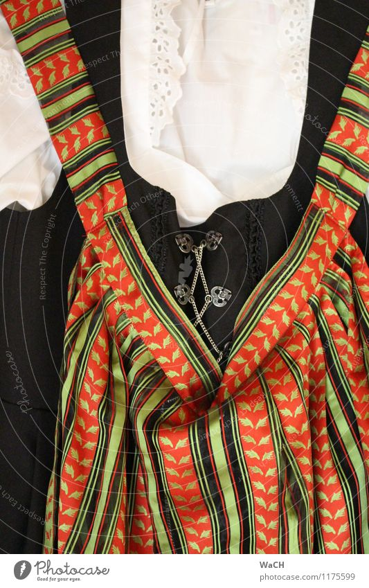 Tracht Mode Bekleidung Rock Kleid Stoff Accessoire orange schwarz weiß Tradition Schürze Korsage Bluse Dekolleté Farbfoto Nahaufnahme Detailaufnahme