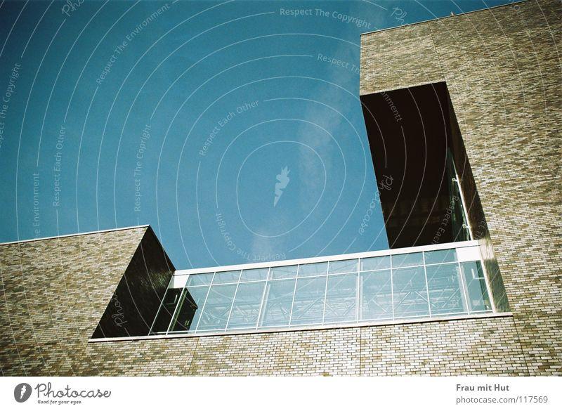 Hausecke innen... Natur Himmel blau Haus Wolken dunkel oben Fenster Stein Gebäude Graffiti braun Metall Architektur Glas Hochhaus