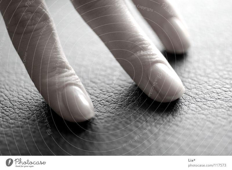 Einmal Maniküre bitte Hand Finger Fingernagel Körperpflege Zeigefinger Mittelfinger Ringfinger abstützen Gefühle schwarz Schwarzweißfoto festhalten fangen